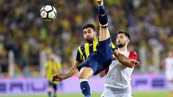 Akrobatisch, aber erfolglos: Fenerbahçes Ismail Koybasi gerät gegen Skopjes Jambul Jigauri in unkorrigierbare Rücklage