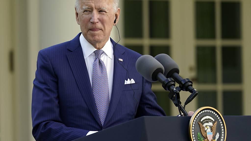 Joe Biden, Präsident der USA, spricht bei einer Pressekonferenz im Rosengarten des Weißen Hauses. Foto: Andrew Harnik/AP/dpa