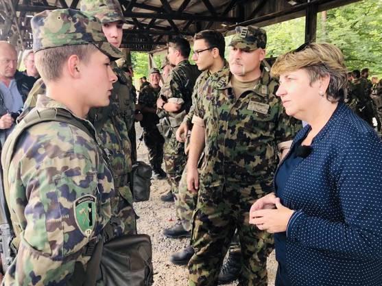 Die Bundesrätin besuchte auch den Waffenplatz Brugg.