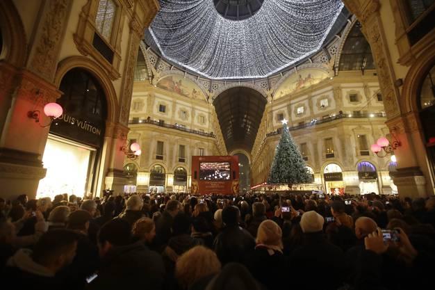 Zahlreiche Menschen verfolgten die Live-Übertragung der Saisoneröffnung in der Galleria Vittorio Emanuele.