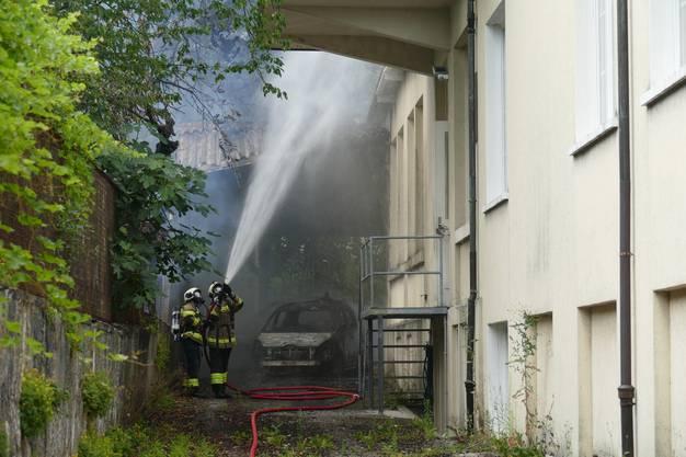 Die Autos konnten nicht gerettet werden, da galt die Aufmerksamkeit der Feuerwehr dem Gebäude daneben.