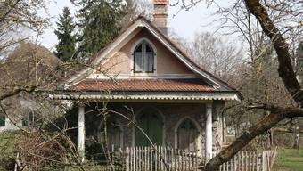 Das Lusthäuschen zwischen der alten Villa und dem Henzihof, idyllisch in einer Hostet gelegen, möchte der Quartierverein vor dem Zerfall retten.