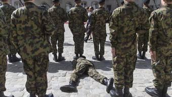 Am – man muss es dringend vermuten – ziemlich desolaten Zustand der Schweizer Armee ändern diese von Nostalgie und Tradition geprägten Scheindebatten über die WK-Länge nichts.