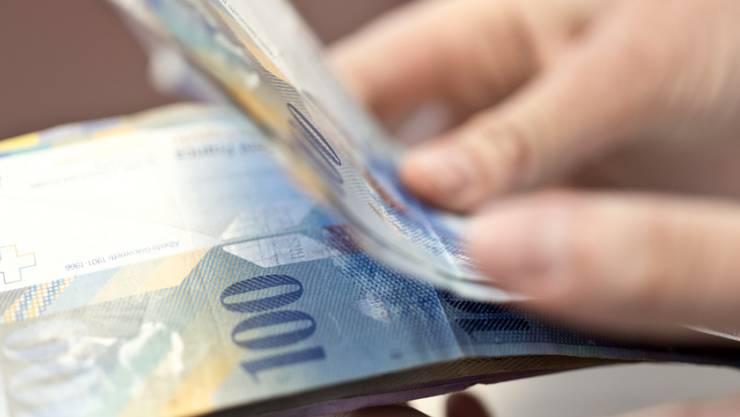 Die Frau übergab einer ihr fremden Person mehrere 10'000 Franken. (Symbolbild)