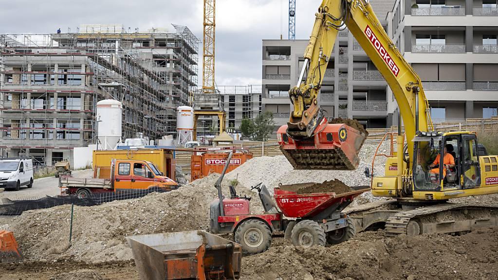 Auch auf Schweizer Baustellen hinterliess die Corona-Pandemie Spuren. Die Bauwirtschaft weist für das Jahr 2020 den schwächsten Umsatz seit fünf Jahren aus. Nun wird mit einer verhaltenen Erholung gerechnet. (Archivbild)