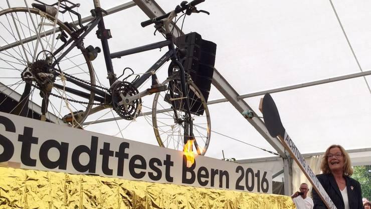 Auf dass der Fest-Funken auf die Bevölkerung überspringe: Fest-Präsidentin Beyeler entzündet am Velo die Zuckerstöcke.