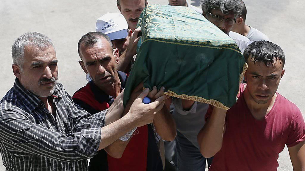 Ein Kindersarg wird durch die Strassen von Gaziantep getragen. Unter den mehr als 50 Todesopfern des Selbstmordanschlages auf eine Hochzeit im kurdischen Viertel der Millionenstadt waren sogar Babys.