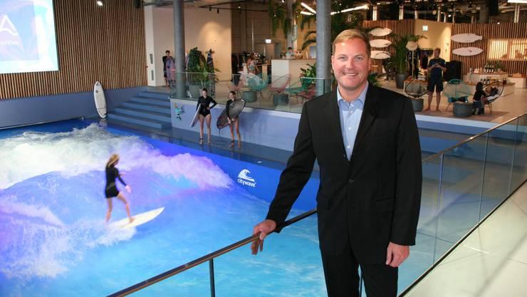 Mall-Centermanager Jan Wengeler vor der Oana-Surfwelle – deren Eröffnung war für ihn der Höhepunkt des ersten Mall-Jahres