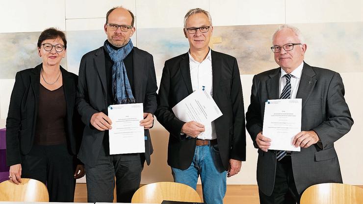 Nach der Vertragsunterzeichnung (von links): Catherine Berger, Luc Humbel, Christoph Weber-Berg und Christoph Sterkman.