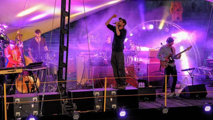 Wie ein durchgedrehtes Aufzieh-Spielzeug: Sänger Kätpn Peng fegt über das Kulturfloss.