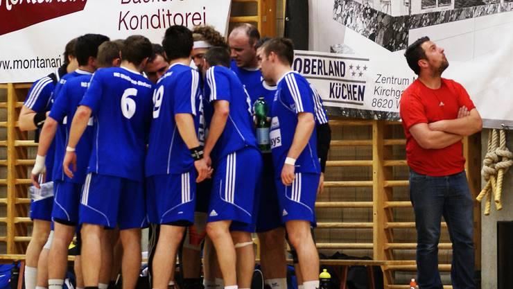 Trainer Karsten Hackel (r.) sehnt während des Time-outs von Wetzikon in der 59. Minute das Ende herbei.