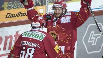 Zweiter Sieg für Langnau (im Bild Haas, rechts, und Sven Lindemann)