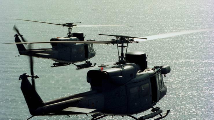Zwei Militärhelikopter Agusta Bell 212 - um die illegale versuchte Einfuhr von zwei solchen Maschinen aus Italien in die Schweiz geht es heute vor dem Bundesstrafgericht in Bellinzona. (Archivbild)