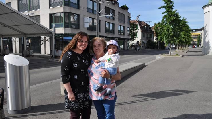 Die Bankangestellte aus Würenlos schlenderte mit ihrem Baby und ihrer Schwiegermutter durch den Sommerabend: «Ich bin total froh, dass nun endlich der Sommer gekommen ist. Ich mag das warme Wetter sehr. Oft gehe ich dann gerne an den Zürichsee oder hier an die Limmat.»
