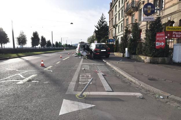 Er rasierte  mit dem Auto seiner Mutter ein Strassenschild um, überfuhr Velos und einen Roller und rammte einen Lieferwagen in mehrere Autos. Der Führerschein auf Probe wurde im sofort abgenommen.