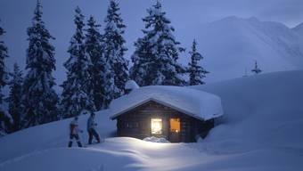 Tief verschneites Maiensäss in Caischavedra oberhalb Disentis.