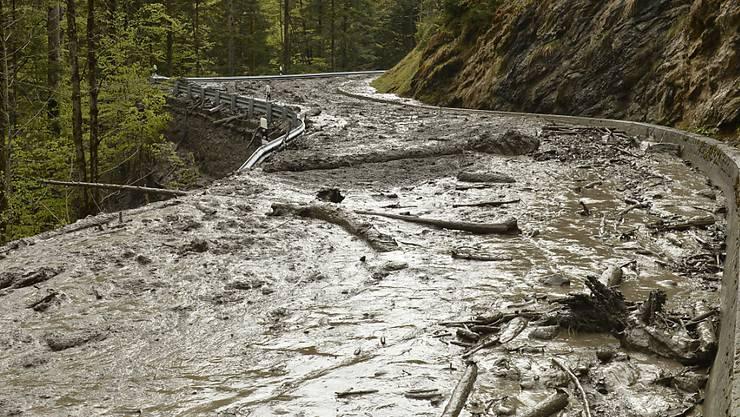 Überschwemmungen, Murgänge, Hitze und Schäden an der Infrastruktur: Die Bewältigung des Klimawandels wird laut einer Studie von Bund und Swiss Economics Milliarden kosten. (Archivbild)