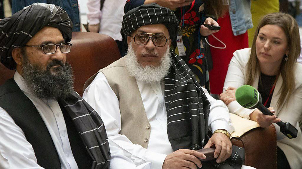 Zeigt sich erstmals öffentlich: Mullah Abdul Ghani Baradar, Vizechef der Taliban in Moskau (Mitte).