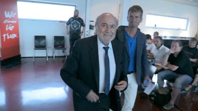 Umstrittener Auftritt: Hier kommt Sepp Blatter zur GV des FC Thuns