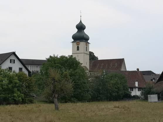 Das Würenloser Ortsbild wird vom Kirchturm der alten paritätischen Kirche geprägt