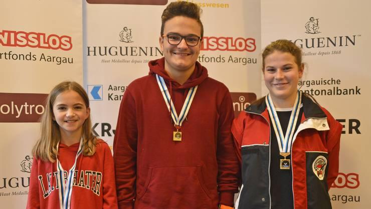 Kategoriensieger mit der Pistole (von links): Kiara Jaggi (U13), Thierry Suhner (U15) und Noemi Hofer (U17). (Foto: wr)