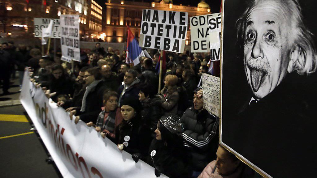 tausende Menschen in Serbien fordern freie Medien und faire Rahmenbedingungen für Wahlen.