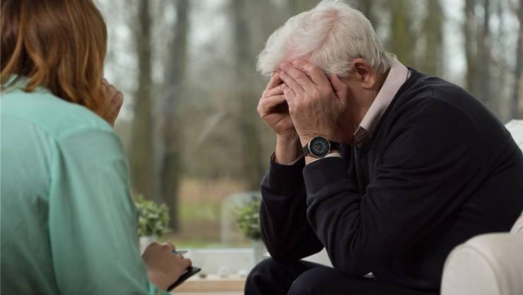Einsamkeit, körperliche Gebrechen und Verluste von Angehörigen begünstigen Depressionen im Alter.