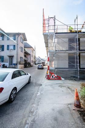 Erlaubt: Das eine Mehrfamilienhaus verläuft genau entlang der Strassenbaulinie (im Bild).