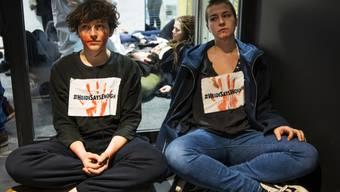 Aktivistinnen der Klimabewegung Extinction Rebellion in Räumlichkeiten der Rohstoffhandelsfirma Cargill in Genf.