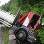 Lastwagen landet im Hemmikerbach