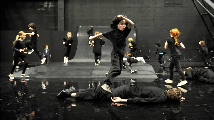Happy End? Am Ende des Tanzstücks «Enfant» triumphieren die Kinder über die Erwachsenen.
