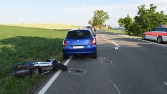 Der 27-jährige Motorradfahrer wurde bei der Kollision mit dem Auto schwer verletzt.