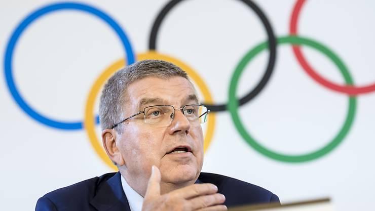 IOC-Präsident Thomas Bach vor den Olympischen Ringen