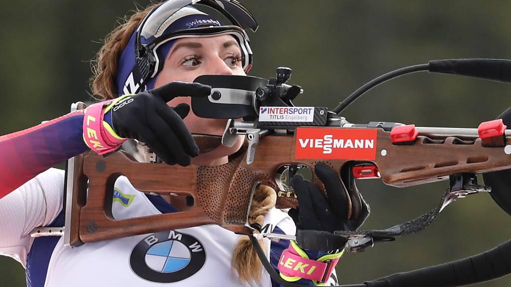 Lena Häcki guckt vor dem Schiessen auf die Windfähnchen, um allenfalls das Visier zu justieren. (Archivaufnahme)