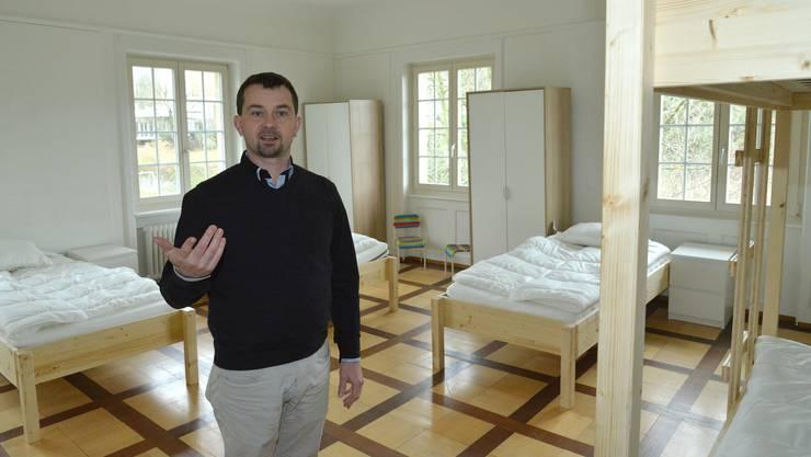 Pascal Brenner ist Geschäftsleiter des Jugendheims Erlenhof und hat nun das Erstaufnahmezentrum für jugendliche Flüchtlinge ohne Eltern aufgebaut. Ab heute ziehen sie in das Gebäude der früheren Wielandschule in Arlesheim ein.