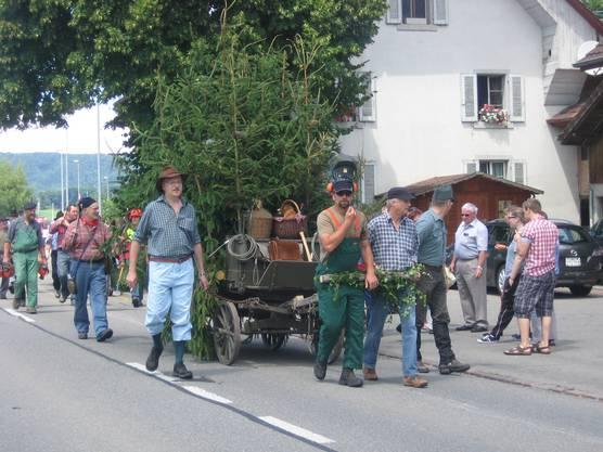 Waldarbeiter auf dem Weg zur Arbeit