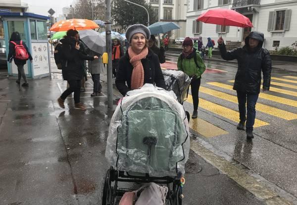 Irène Kälin mit Kinderwagen am Klimastreik in Aarau.