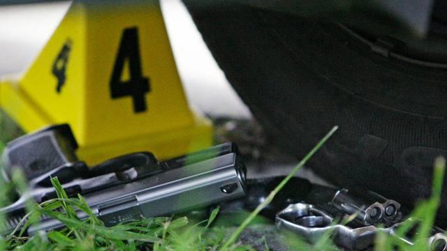 Pistolen liegen am Tatort eines Gewaltverbrechens (Symbolbild)