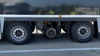 Das Sattelmotorfahrzeug fuhr mit abmontiertem Rad und hochgebundener Achse.