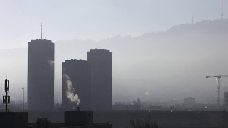 Die Luftqualität in der Schweiz hat sich in den vergangenen dreissig Jahren gemäss eines Berichts des Bundesamts für Umwelt (Bafu) verbessert. Allerdings überschreiten Schadstoffe wie das Reizgas Ozon noch immer die Grenzwerte. (Symbolbild)