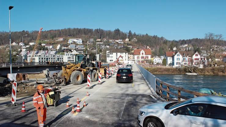 Kurz vor 11 Uhr fuhren die ersten Autos über die Hilfsbrücke.