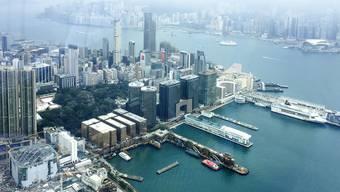 Der Corona-Virus verhindert die Art Basel 2020 in der Millionen-Metropole Hong Kong. Sie hätte im Exhibition-Center (im Bild rechts oben) stattgefunden. (Archiv)