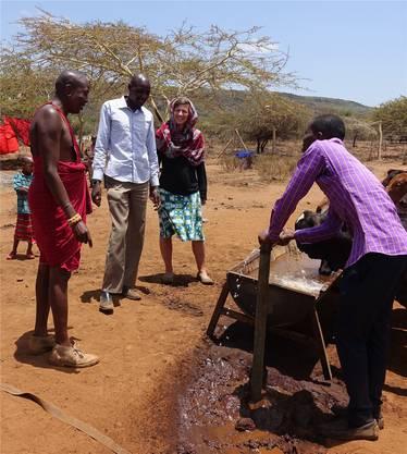 Silvia Stieger (Bildmitte) hilft in Kenia kleineren Organisationen in der Entwicklungszusammenarbeit. Ihr Ehemann Roland Stieger bildet derweil medizinisches Fachpersonal in der Notfallmedizin und im Ultraschall aus. ZVG