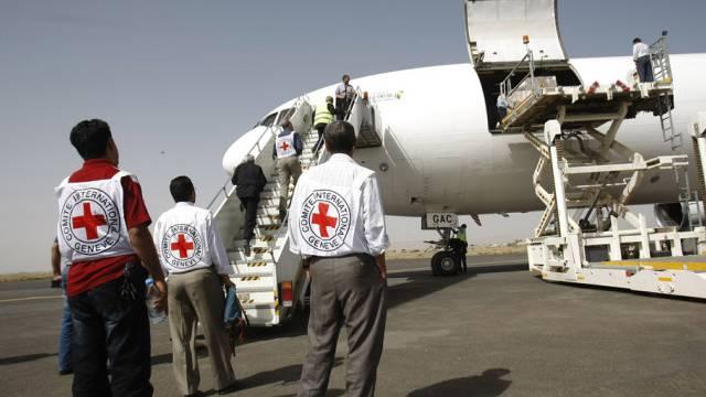 IKRK-Mitarbeiter nehmen in Sanaa die Hilfsgüter in Empfang
