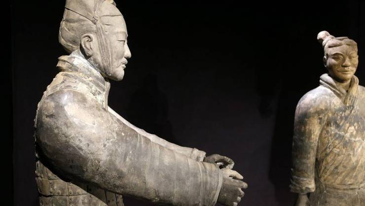"""Terrakottakrieger 2013 in der Ausstellung """"Qin - Der unsterbliche Kaiser und seine Terrakottakrieger"""" im Historischen Museum in Bern. Bei einer ähnlichen Ausstellung in Philadelphia hat ein Souvenirjäger einem Krieger den Daumen abgebrochen. Chinesische Experten sollen ihn wieder heil machen."""