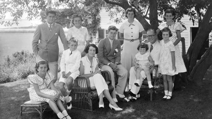 Es ist eine Legende, dass amerikanische Präsidenten häufiger Erstgeborene sind: 14 sind Erstgeborene, 23 Mittelkinder, 7 die Jüngsten. John F. Kennedy (der Mittlere im Familienbild) war der Zweitgeborene in der Familie mit neun Geschwistern. Zum Ältesten wurde er jedoch mit 27 Jahren, als Bruder Joseph Jr. 1944 mit dem Flugzeug abstürzte.