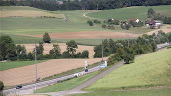 Die Autobahn 3 mit dem Halbanschluss in Effingen Richtung Zürich verläuft nur wenige Meter neben der möglichen Aushubdeponie «Förlig» (grosser Acker Bildmitte) in Bözen. CM