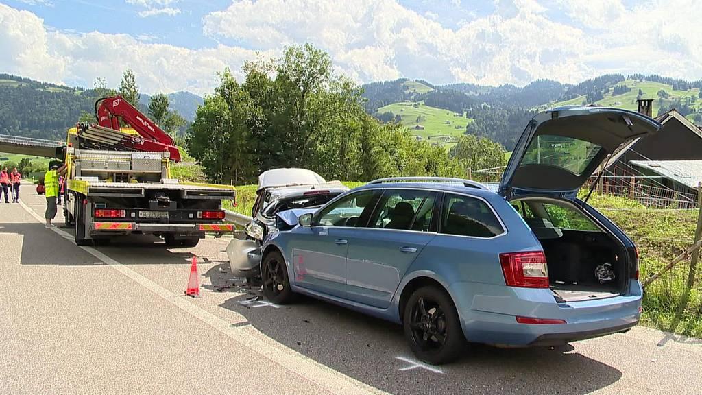 Frontalkollision: Sieben Verletzte bei schwerem Unfall