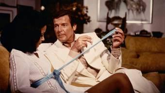Um als Agentin neben dem Helden zu bestehen, müssen Bond-Girls hellwach sein. Hier Emily Bolton als MI6-Agentin Manuela mit Roger Moore in «Moonraker» aus dem Jahr 1979.