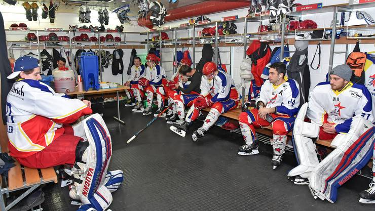 Die Spieler warten auf die Instruktionen des Trainers.
